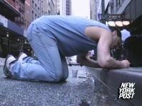 ニューヨークの道端で金を採掘し生計を立てる男性。週に4万円を稼ぎ出す