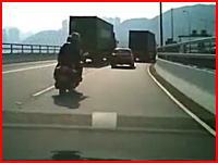二人乗りのビックスクーターが接触⇒転倒⇒後続車のトラックに轢かれてしまう