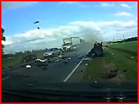 無理な追い越しをしようとした一台の車のせいで大事故になってしまう映像。