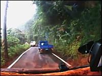 目の前のトラックが土砂崩れに襲われる瞬間。そしてそのまま転落・・・。台湾