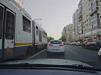 左足切断?横断しようとした女性が路面電車にはねられてしまう瞬間の映像