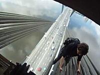 無茶するロシアン。吊り橋のケーブルを登る少年と少女。怖すぎ泣いたww