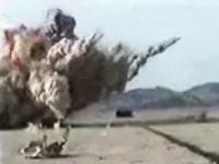 クラスター爆弾が爆発する瞬間を近距離から固定カメラで撮影