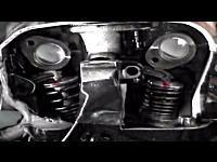 エンジンに穴を開けて吸排気バルブが高速で動作する様子を観察してみた