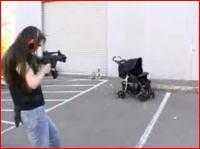 防弾ベビーカーに赤ちゃんを入れてマシンガンで銃撃する衝撃映像