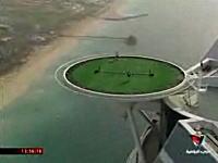ドバイの高級ホテルのヘリポートでテニス