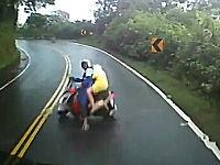 カーブを曲がりきれなかったスクーターが横を向きながら突っ込んでくる動画