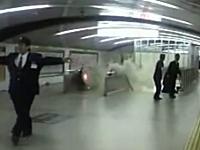 大阪御堂筋線梅田駅の火災によるモクモクを撮影したビデオ。凄い煙だな。