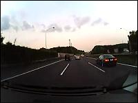 日本の高速道路でアクセルが戻らなくなった車が危機一髪!な車載映像。