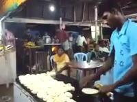 インドの屋台職人。伸ばした生地をキラーパス!テンポよく宙を舞うたべもの