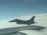 ビジネスジェットに急接近するF-16戦闘機