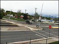 ワロタwww踏み切りに勢い良く突っ込んだ車が大変な事になっている映像