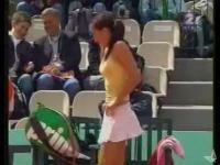 試合中に観客の前でパンティーを生着替えしちゃう女子テニス選手