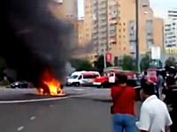 路上で炎上している車を見に集まった野次馬たちの目の前で爆発アチチ。