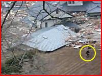 2m後ろに津波が。迫る津波から必死に逃げる人たち。Nakatsugawa-City
