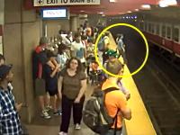 おしゃべりに夢中になりすぎてホームから転落した二人の女性。監視カメラ。