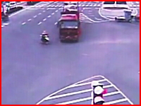中国。これで助かったのが信じられない(@_@;)という恐ろしい交通事故の映像
