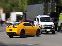 映画の撮影中にスタント中の車が緊急走行中のパトカーに衝突してしまう事故