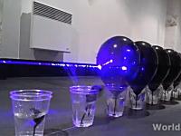 並べた風船100個を貫通する手のひらサイズのレーザーポインターの威力がヤバイ。
