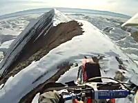 山の尾根を爆走。右も左も急斜面な尾根をバイクで走るクレイジーライダー