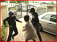 武器でけえ(@_@;)自宅に帰ってきた所を二人組の強盗に襲わてしまう女性