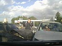 ロシアの交通事故動画。左折と直進どーん!で固まってしまうおばちゃん