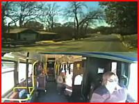 死亡事故の瞬間。警察に追われた車がバスと正面衝突する瞬間をバス側から