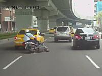 左から右。右から左。車線変更するタクシーとバイクの接触事故 ドラレコ動画
