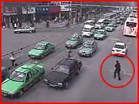 これは無茶やろう・・・。無理な横断で車に跳ね飛ばされてしまう男性の映像。