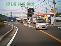 神奈川県で起きた避けられない事故の瞬間。ワゴンRが突っ込んできて大怪我
