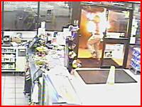 セブンイレブン前のガソスタで女性がガソリンをかけられて火達磨にされる