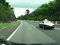 速度違反でパトカーに追われるプリウス。取り締まり教習レーダー&ネズミ取り