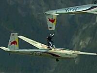 ちょっと信じられない妙技。アクロバット飛行する飛行機の間に人!?