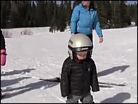 ゲレンデでスキー板に乗ったまま眠ってしまっている男の子が可愛いと話題に