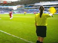 英国サッカーで美人女性副審が男子選手にぶっ飛ばされて大問題になる