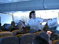 上空の飛行機の中で枕投げをやってみたw 楽しそうだから客室乗務員も参戦w