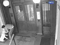 監視カメラが捉えた動物虐待映像。入り口に繋がれたラブちゃんが暴行を受ける