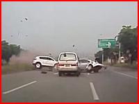 中央分離帯を乗り越えて突っ込んできた車が正面衝突して真っ二つに事故