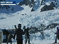 スキー客呆然。破壊されるリフト。スキー場を襲った雪崩を撮影したビデオ。