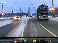 気付かないものなのか。信号機を破壊してそのまま走り去るトラックの映像。