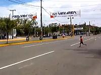 公道レースでレーシングスピードで走るバイクの目の前を子供が横切ってしまう。