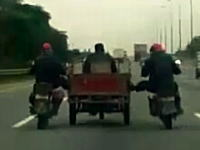 さすが中国「原付バイクでチャリンコを押す」レベルじゃない男たちの映像