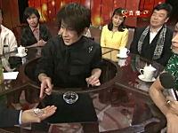中国のイケメン手品師の信じられないコインマジック。その机はどうなってるのん?
