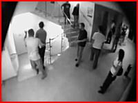 ぎゃあ(@_@;)階段の手すりで遊んでいた男子が落下して下の階でくの字に