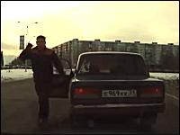 道路でDQNに絡まれた時の仕返し方法。ロシアの場合。ちょwwwドアwww