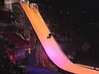 生の一発勝負。16000人の観客が見守る中、車椅子で後方宙返りを成功させる