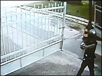 フルフェイス強盗が警備員の反撃で撃たれて苦しんでいる様子。病院で死亡