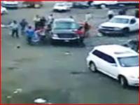 海外アウトローの衝撃映像 逃げ遅れた人が車に思いっきり轢かれる(@_@;)
