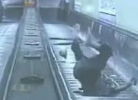 衝撃映像!男性がエスカレーターから転落する瞬間!
