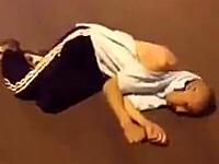 北京で若い女性を強姦しようとしていた白人男性がフルボッコにされる動画